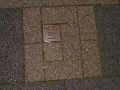 Die würfelförmigen Steine werden in den Bürgersteinbelag eingelassen. Foto: Petra Grünendahl.