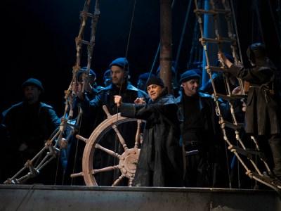 Der Norweger Daland mit seiner Besatzung: Johannes Preißinger (Steuermann), Herren des Chores der Deutschen Oper am Rhein. Foto: Matthias Jung.