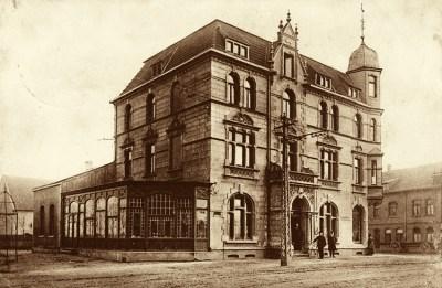 Das alte Hotel Sittardsberg (hier ein Foto von 1910) wurde im Zuge der Umgestaltung der Kreuzung abgerissen. Das neue Hotel steht gegenüber. Foto: Zeitzeugenbörse Duisburg.
