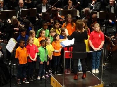 Ein bunter Haufen mit viel Spaß beim Singen: der Polizei-Kinderchor unter der Leitung von Kathrin Schmitz. Foto: Petra Grünendahl.