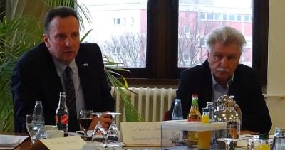 Thomas Sommer (Bezirksregierung Arnsberg, l.) und Stadtdirektor Reinhold Spaniel (r.) informierten über die Landesaufnahmeeinrichtung im ehemaligen St.-Barbara-Hospital in Neumühl. Foto: Jürgen Rohn.