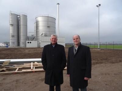 DeltaPort-Hafenchef Jans Briese (l.) und Guido Schmidt, Geschäftsführer von GS Recycling, vor dem Bio-Klärwerk. Foto: Petra Grünendahl.