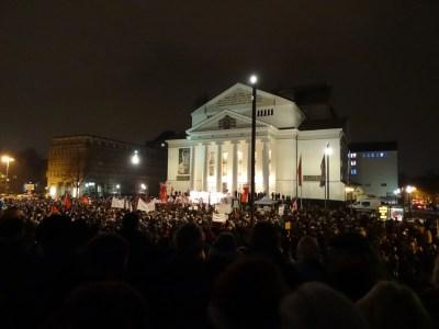 """""""Wir sind Duisburg!"""" setzte auf dem Opernplatz ein kraftvolles Zeichen. Foto: Petra Grünendahl."""