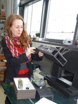 Zunächst werden kleine Modell für die Bühnenaufbauten erstellt: Bühnenbildnerin Tatjana Ivschina zeigt die Miniaturausgabe von Räuberburg und Mattiswald. Foto: Petra Grünendahl.