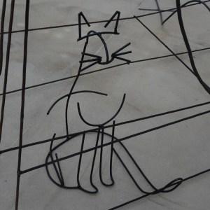 """Eine Katze:Details aus Neїl Beloufas Installation """"Being Rational"""". Foto: Petra Grünendahl."""