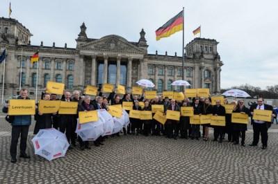 Duisburg Oberbürgermeister Sören Link mit allen Oberbürgermeisterinnen, Oberbürgermeistern, Landräten und Finanzdezernenten vor dem Deutschen Bundestag. Foto: Walter Schernstein, Stadt Mülheim.