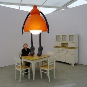 """Wiebke Siem als Teil ihrer Installation """"Niema tego zeglo coby na dobry nie wyzlo (pol. In allem Schlechten steckt ein guter Kern) von 2007. Foto: Petra Grünendahl."""