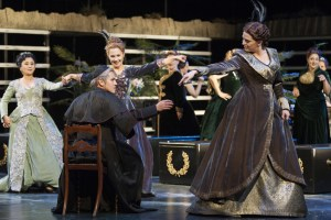 Adrian Sâmpetrean (Ramfis), Damenchor der Deutschen Oper am Rhein. Foto: Matthias Jung.