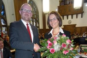 Oberbürgermeister Sören Link gratuliert der frisch gewählten neuen Stadtkämmerin Dr. Dörte Diemert zur Wahl. Foto: Petra Grünendahl.