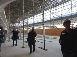 Im großen Foyer des Großen Saales mussten Löcher für Ventilatoren in die Decke gebohrt werden. Foto: Petra Grünendahl.