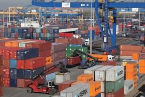 Im Jahr 2015 wird die duisport-Gruppe Güter mit einem Gesamtvolumen von 68 Mio. Tonnen umschlagen. Der Containerumschlag per Schiff, Bahn und Lkw wird voraussichtlich um 6 Prozent auf 3,6 Mio. TEU (2014: 3,4 Mio. TEU) wachsen. Foto: duisport/ Rolf Köppen.