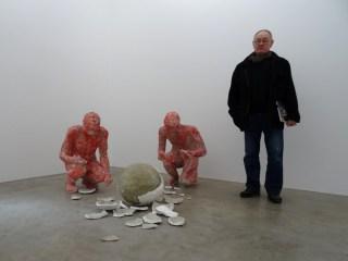 """Bildhauer Johannes Brus mit seinem Werk """"Zwei Bildhauer und ihr Werk"""". Foto: Petra Grünendahl."""