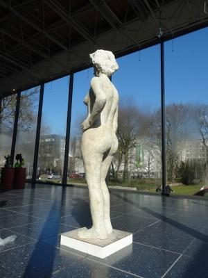 """Die """"Kontrolleurin"""" von Johannes Brus ind er großen Glashalle. Foto: Petra Grünendahl."""