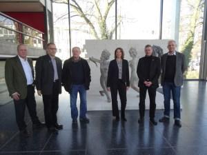 Der Künstler Johannes Brus (3. v. l.) zusammen mit den Ausstellern seiner Werke (v. l.): Klaus Maas, Dirk Krämer, Dr. Söke Dinkla, Thomas Krützberg und Dr. Michael Krajewski. Foto: Petra Grünendahl.