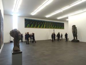 """Markus Lüpertz im MKM. Hinten an der Wand: """"Westwall"""" (1968, 5-teilig, Gesamtmaß 200 x 1250 cm) Foto: Petra Grünendahl."""