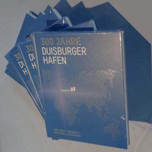 """Das Buch zum Hafenjubiläum: """"300 Jahre Duisburger Hafen – Weltweit vernetzt, regional verankert"""". Foto: Petra Grünendahl."""