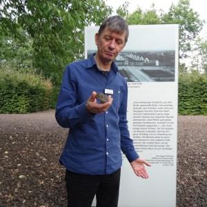 Fietje Ausländer bei der Führung über das ehemalige Lagergelände. Foto: Petra Grünendahl.