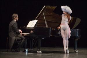"""Ballett am Rhein b.29: Pianist Matan Porat und Ann-Kathrin Adam in Jerome Robbins """"The Concert"""". Foto: Gert Weigelt."""