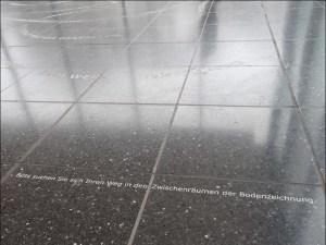 """""""Bitte suchen Sie sich ihren Weg in den Zwischenräumen der Bodenzeichnung"""", steht auf dem Steinboden geschrieben, bevor die """"Skulptur"""" beginnt, die nicht wirklich plastisch sein will. Foto: Petra Grünendahl."""