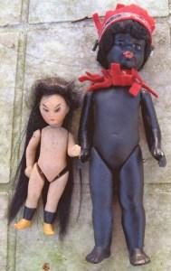 """Kineserpige med langt sort hår, skal sikkert flettes, men er endnu ikke gjort, meget usædvanlig kan ses i """"Kleine Puppen"""" mærket 125 under 9. Hun har farvet bisque og sjældne snabel sko, som Kestner undertiden bruger. Foret i halsen med skind, skæve øjne uden pupiller, lange malede øjenvipper og skrå bryn, hun har en enkel rød gammel kjole. Hendes nabo er en sort dukke med malet bisque ikke indfarvet i bisquen. Hun er en Kling 31 15 og hele 17cm høj. Hun var i indianer udstyr i filt, som er lagt væk på grund af dagslys, desværre fik hun en skade sidst gang, jeg havde hende med, så hun skal limes."""