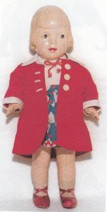 Den søde pige her er fra 1920 og 27 cm høj. Hun er mærket SIC i lodret rude, samt Drage/France 28,3. Stådukke, bevægelige arme og ben, drejeligt hoved, malede øjne, lukket mund og præget pagehår!