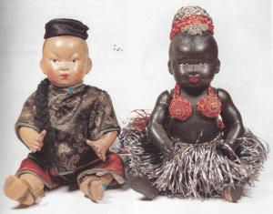 """To sjældne eksotiske siddende babyer fra 1925 — mærket """"Ørnehoved France 20"""". Gennemfarvet celluloid, bevægelige arme og ben, og rødlakerede finger– og tånegle, fast hoved, malede øjne, lukket mund. Hårbunden glat og tonet. De er iført originalt tøj!"""