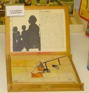 En fin gammel æske med pusleklodser med motiver fra H.C. Andersens eventyr! Tænk, at være ejer af den!