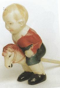 """Og her er en af de mange celluloidfigurer: """"Lillebror"""" ridende på sin kæphest, han har ikke bevægelige led, men kan trækkes op. 11 cm høj og fra 1929. Mærket med W i cirkel, derunder """"Germany""""."""