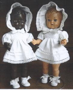 Disse to smukke og velklædte piger på 33 cm tilhører Christina Wybrandt, Havnsø Mølle! Som du vil se, er dukkerne særdeles velbevarede!