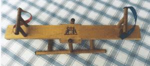 """Lene Byfogeds 32 cm lange vippe er fra serien """"Bambusmøbler"""" til Ønskedukkerne!"""