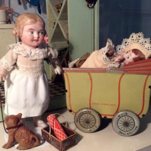 En ældre pige har overtaget ansvaret for købmandens sprælske søn, som ikke vil sove.