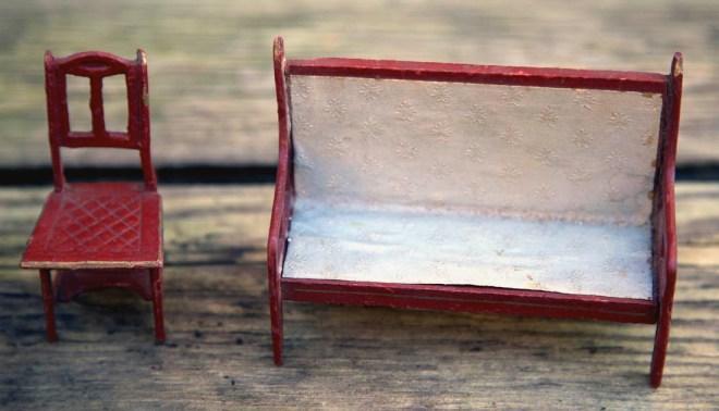 Møblerne er typiske for netop Gottschalk stilen, de virker ret stabile, selvom de er lavet i pap, men jeg ville kalde dem pressede møbler i papmaché, tit malet vinrøde eller grønne samt hvide, der er struktur i selve møblerne, så man kan se de er pressede.