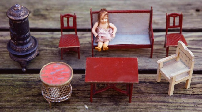 Det er især papmøblerne, der er interessante da de er Gottschalk møbler i pap malet vinrøde og med lidt motiv i sædet og forgyldt med lidt maling, det består af en sofa et bord og to stole.
