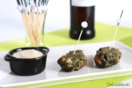 Buñuelos de espinacas y jamón con salsa de parmesano