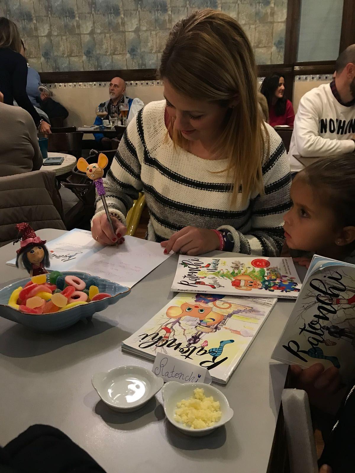 Dulce Victoria firma libros en Azul de Mar
