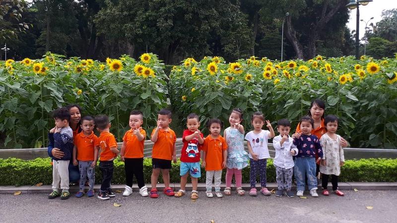Không chỉ các bạn trẻ mà những cháu thiếu nhi cũng rất thích thú với vườn hoa Hướng Dương này