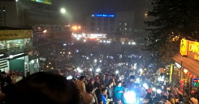 Chợ Đà Lạt về đêm trở nên lung linh trong ánh đèn dưới sương mờ