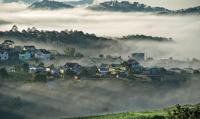 Thành phố Đà Lạt mờ ảo trong sương mờ