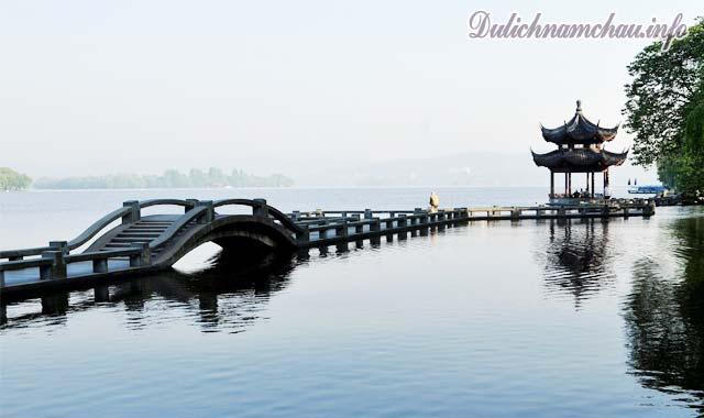 Du thuyền trên Tây Hồ, Hàng Châu, Trung Quốc