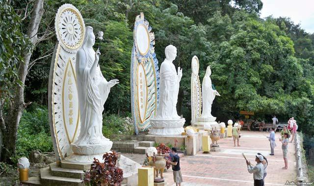 Tượng Di Đà Tam Tôn trên chùa núi Tà Cú