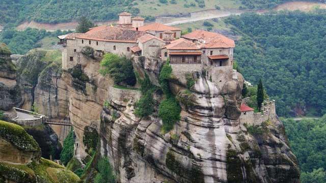 Tu viện Meteora Hy Lạp nằm cô đơn trên một vách núi dựng đứng