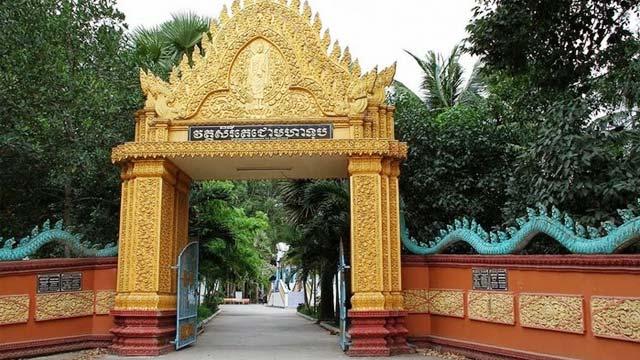 Cổng chính vào chùa Dơi Sóc Trăng