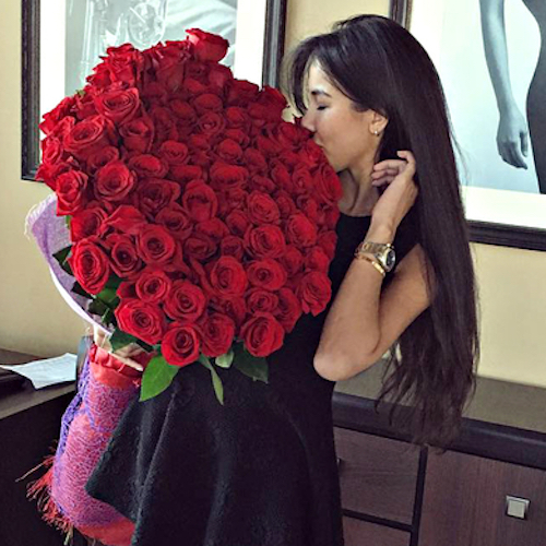 beautiful-girl-with-red-roses