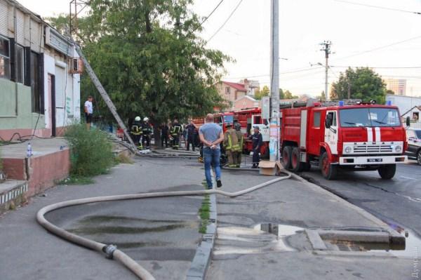 Крупный пожар на Фонтане: горит крыша одноэтажного пивного ...