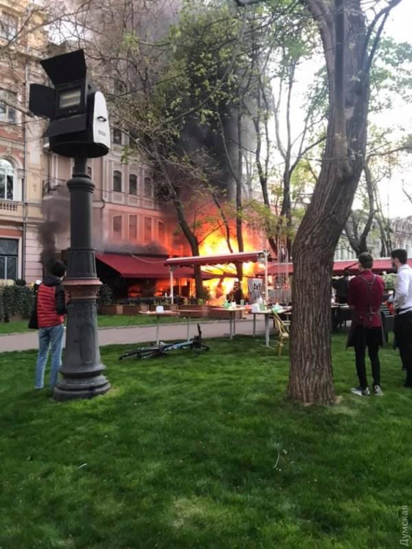 На Ланжероновской горит здание ресторана и гостиницы ...