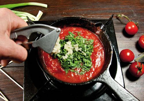добавление в соус зелени и чеснока