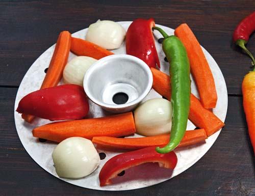 укладка лука, перцев и моркови на второй ярус пароварки