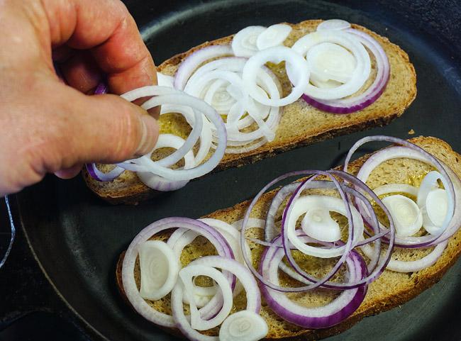 приготовление тостов: добавление лука на хлеб