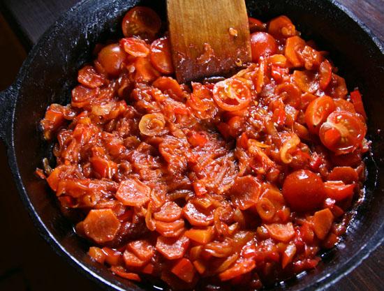 добавление томатов и продолжение пассерования овощей