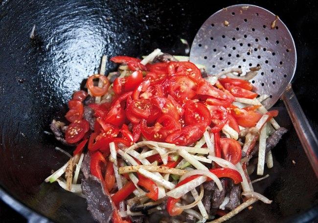 добавление помидоров в подливу